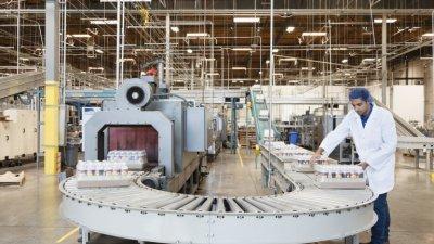 В промишлеността и търговията се търсят най-много хора