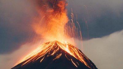 Двама младежи загинаха, гледали изригването на вулкан