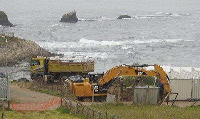 Багери копаят на метри от морето в Лозенец