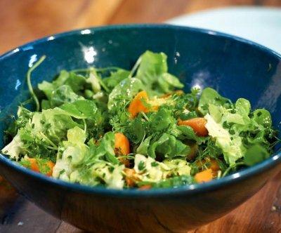 Билкова зелена салата с моркови