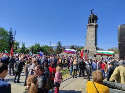 Мара втаса: Иво Инджев бута паметника на Съветската армия