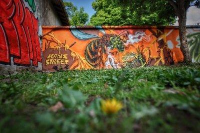 Нарисуваха 30-метрова стена на пчелите в София