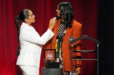 Дъщерята на Коби облече червеното сако при приемането му в Залата на славата