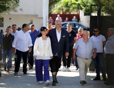 Албанският премиер шокира с модния си стил (СНИМКИ)