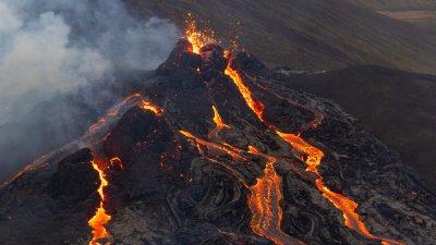 Дрон засне отблизо изригналия вулкан в Исландия (ВИДЕО)