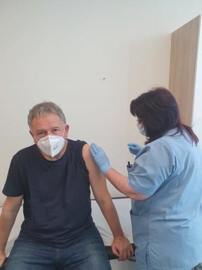Здравният министър се ваксинира
