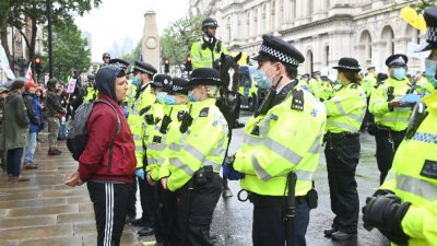Трима ранени ченгета при протести срещу мерките в Лондон
