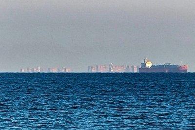 Небостъргачи плуват край Англия
