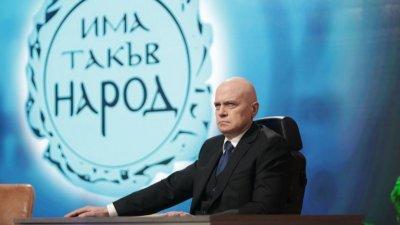 """Предизборен скандал: """"Има такъв народ"""" накичи знамена в Пловдив"""