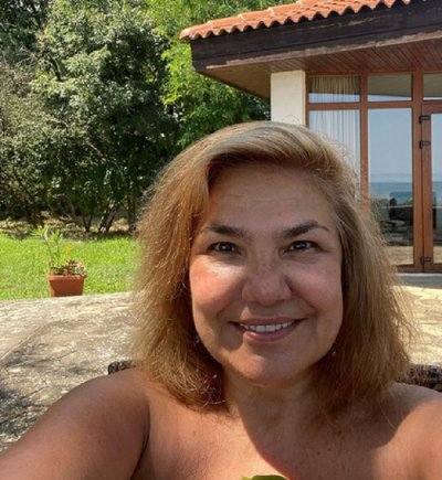 ЗА ВАС, ГЕРОНТОФИЛИ: Марта Вачкова и Катето Евро голи на морето