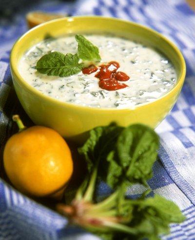 Студена спаначена супа с кисело мляко и лютеница
