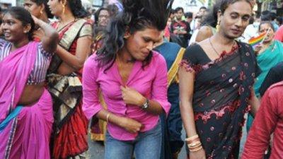 Индийка издирва мъжа си от години, той избягал с травестит