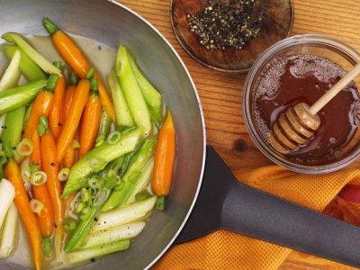 Медени моркови с пресен лук