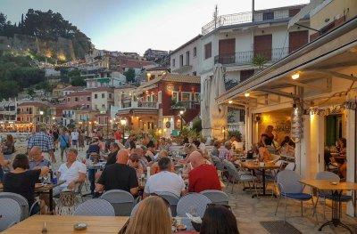 Заради жегите: Фирмите в Гърция пускат служителите си масово в отпуск