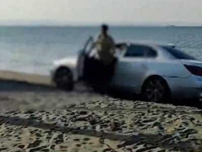 Майки пищят: Диваци правят рали на плажа