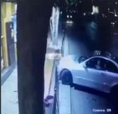 Зрелищно: Мерцедес връхлетя дюнерджийница в Пловдив, младеж се спаси на косъм