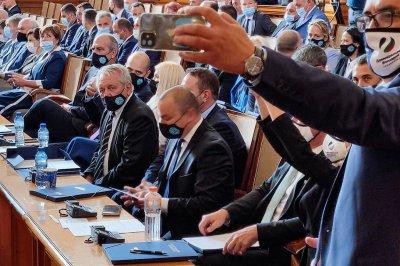 Депутати пред бой заради СРС-та срещу протестиращите