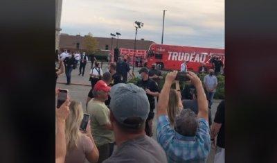"""Стотици спряха рейса на Трюдо с викове """"Fuck you"""" (ВИДЕО)"""