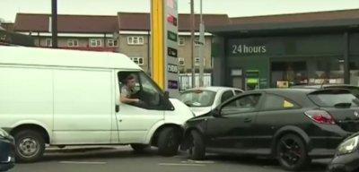 Лудост! Англичаните панически купуват гориво