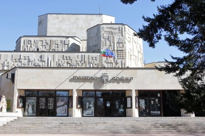 """Щастие: Театър """"София"""" се размина с ламинат по фасадата"""