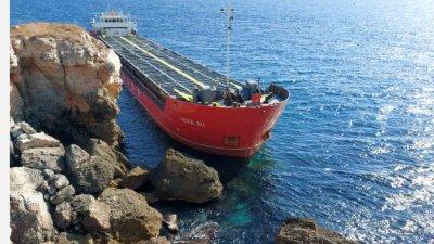 Водолази след оглед: Има изтичане на азотна тор от заседналия кораб