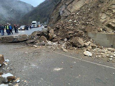 Паднали скални късове затвориха пътя Кричим-Девин
