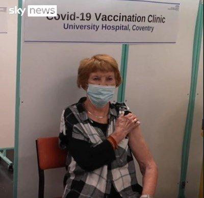 Ето я първата ваксинирана с трета доза