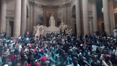 """""""Черни жилетки"""" от Африка окупираха парижкия Пантеон (СНИМКИ+ВИДЕО)"""