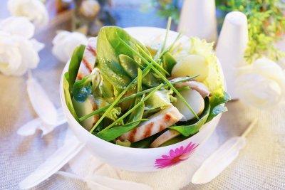 Пилешка салата с картофи и спанак