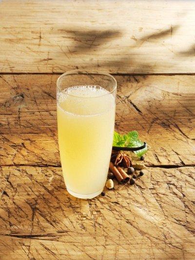 Ароматна лимонада с ябълков сок и маточина
