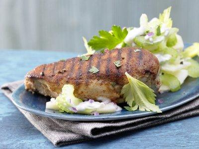 Пиперени пилешки гърди с ябълкова салата