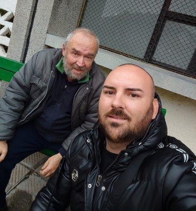 Това е BG: Учител живее на улицата, рови по кофите