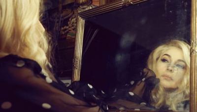 Моника Белучи изненада с нов цвят на косата си