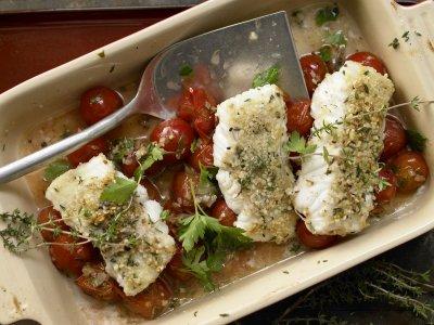 Риба с бадемова коричка върху чери домати