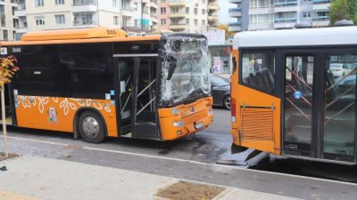 Пътници пострадаха при удар на два автобуса в София