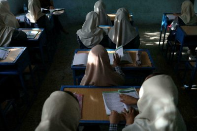 Тайно онлайн училище за момичета в Афганистан