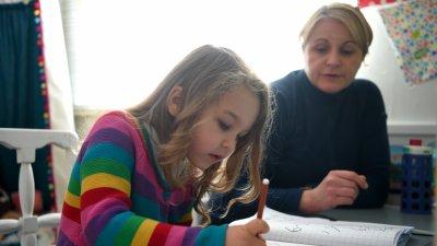 В Румъния: Дава на родителите 75% от заплатата, ако са у дома заради онлайн обучение на децата