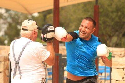 Кобрата тренира на плажа в Майорка (снимки)