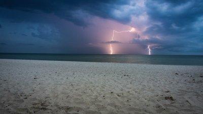 Мълния удари 8 души на плажа във Флорида