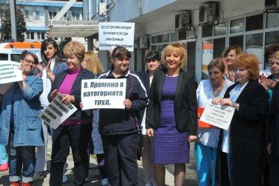 Медсестрите се вдигат на бунт заради уволнената си колежка