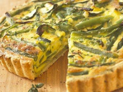 Киш с тиквички, чушки, зелен фасул и сирене