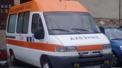 Автомобил се обърна по таван край Кочериново и спря движението