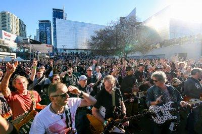 """Наслада в Сидни - стотици китаристи изпълниха заедно """"Highway To Hell"""" на AC/DC (СНИМКИ И ВИДЕО)"""