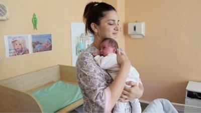 Феномен: Жена роди 2 деца с 2 месеца разлика