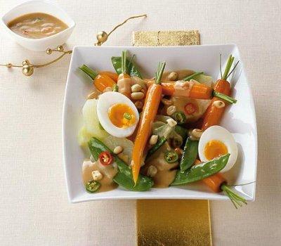 Зеленчуци със сос от фъстъчено масло