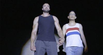 """Културист гей показа интимния си партньор във """"Фермата"""""""