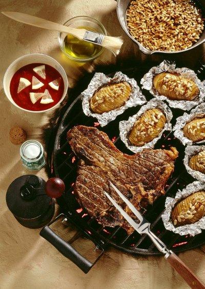 Пържоли с барбекю сос и печени картофи