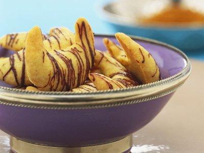 Кифлички с пикантна подправка, бадеми и шоколад