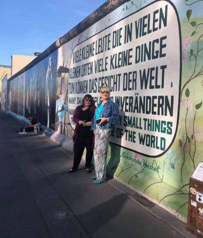 Нона Йотова се щракна на Берлинската стена