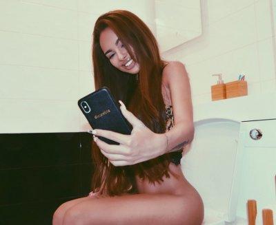 Сузанита изплиска – снима се чисто гола в тоалетната (СНИМКИ +18)